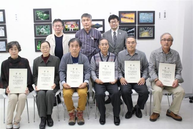 第34回全十勝写真公募展の表彰式 最優秀賞の田沢さんら笑顔
