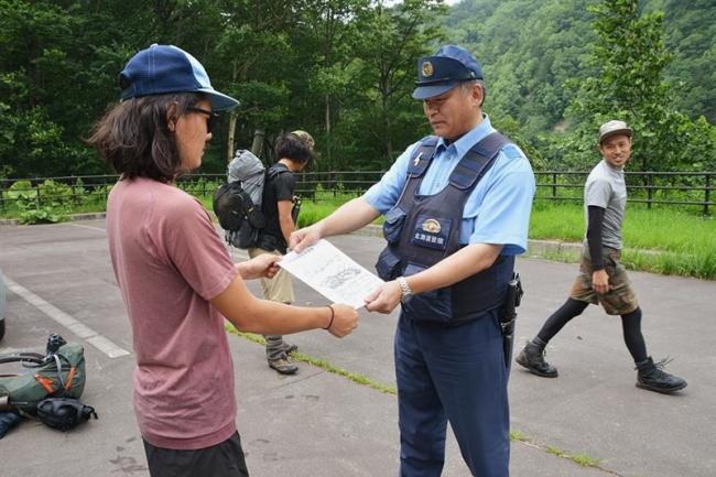 カムエク山周辺、帯広署が警戒 ヘリが警戒、チラシ配布