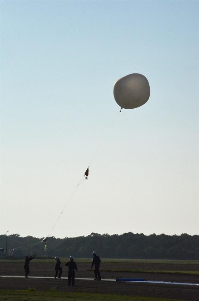 JAXAが水素ガスの小型気球で極薄太陽電池実験 大樹