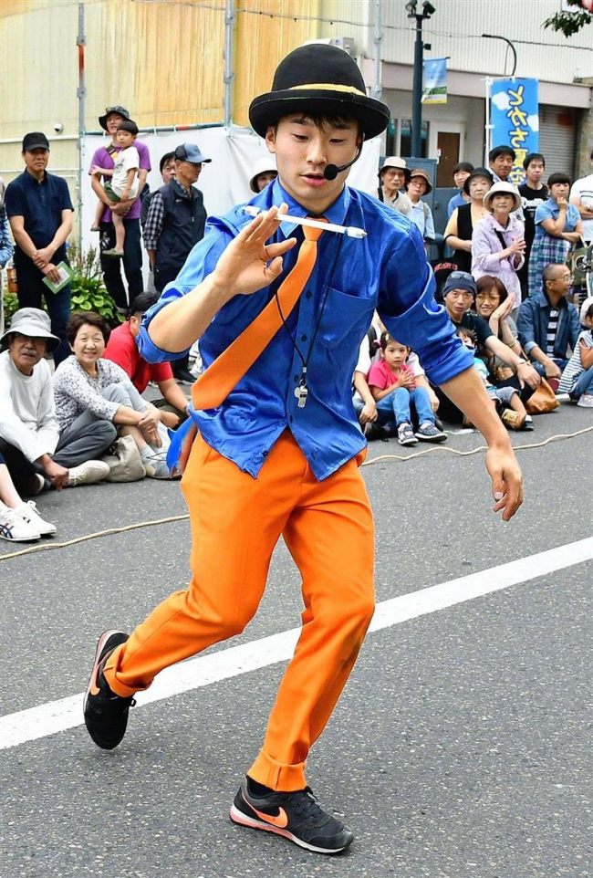 「芸は一期一会」海外修行の芹川さん 大道芸ウイークで鍛えたジャグリング披露