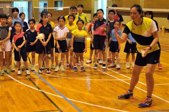 バドミントン元五輪選手の宮村愛子さん小学生を指導