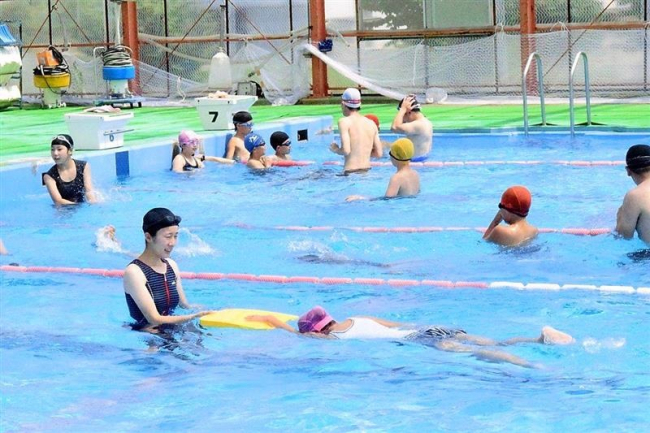 児童ら夏休みに水泳楽しむ 池田