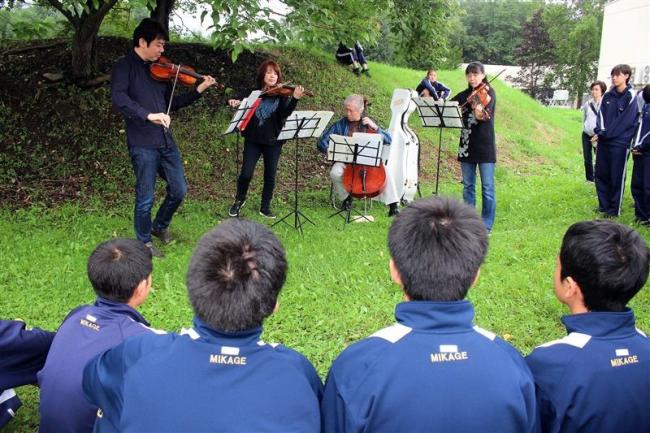 東京フィルメンバーが御影中で演奏 清水
