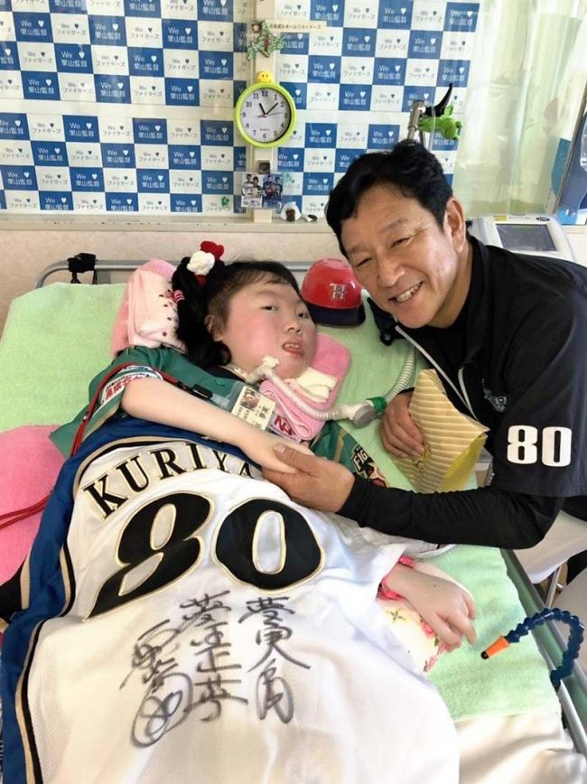 栗山監督が難病の少女を激励 帯広戦を前に病院を訪問