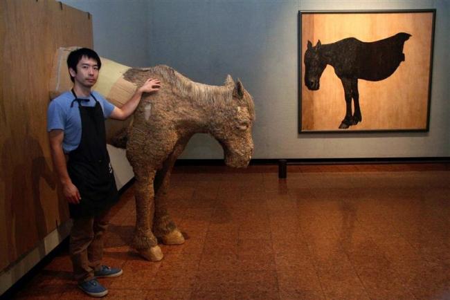 日勝の馬と段ボールの馬が対峙 日勝美術館で吉田さんダンボールアート展