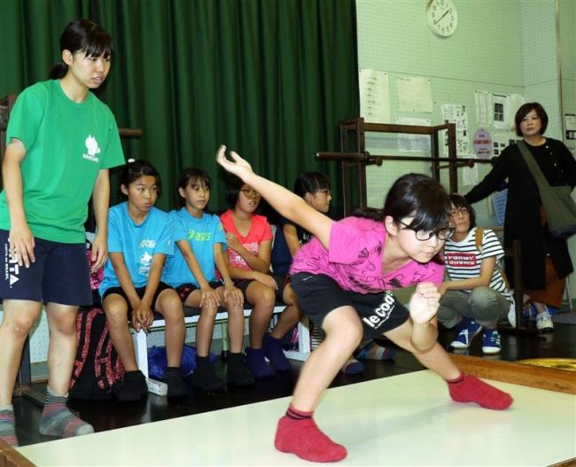 帯南商高スケート部が小学生30人に「陸トレ」教室