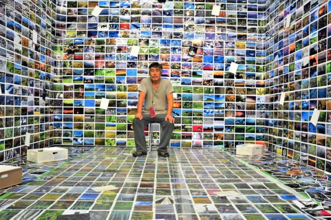 3000枚の写真に囲まれて 市民ギャラリーグループ展に写真家山下さん展示