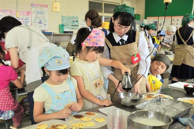 帯南商クッキング部 緑丘小児童とお菓子作り