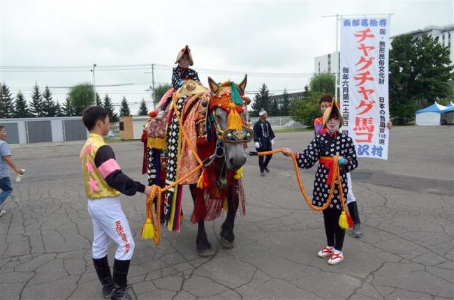 「チャグチャグ馬コ」華やかに 帯広競馬場でイベント
