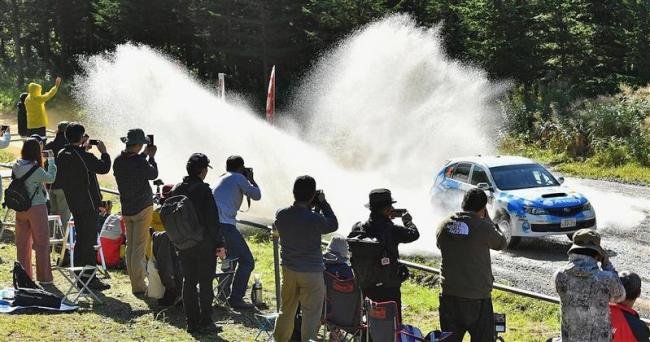 水しぶき上げ疾走 競技が本格スタート ラリー北海道