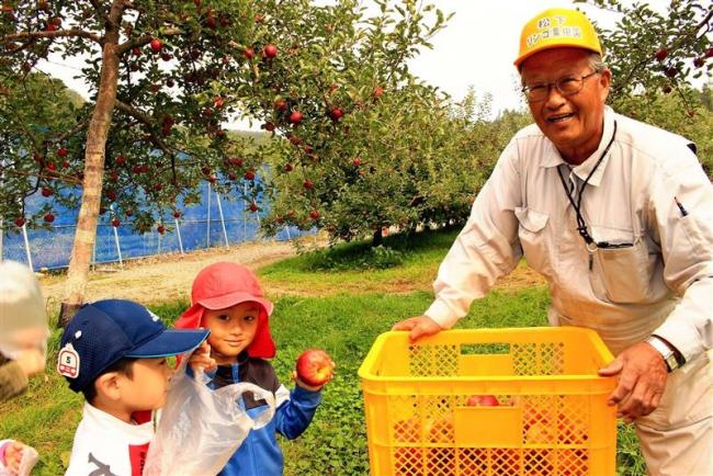 園児にリンゴプレゼント 芽室・松下リンゴ園