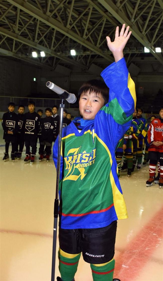 5チームの熱戦スタート 財団杯ちびっこアイスホッケー大会開幕