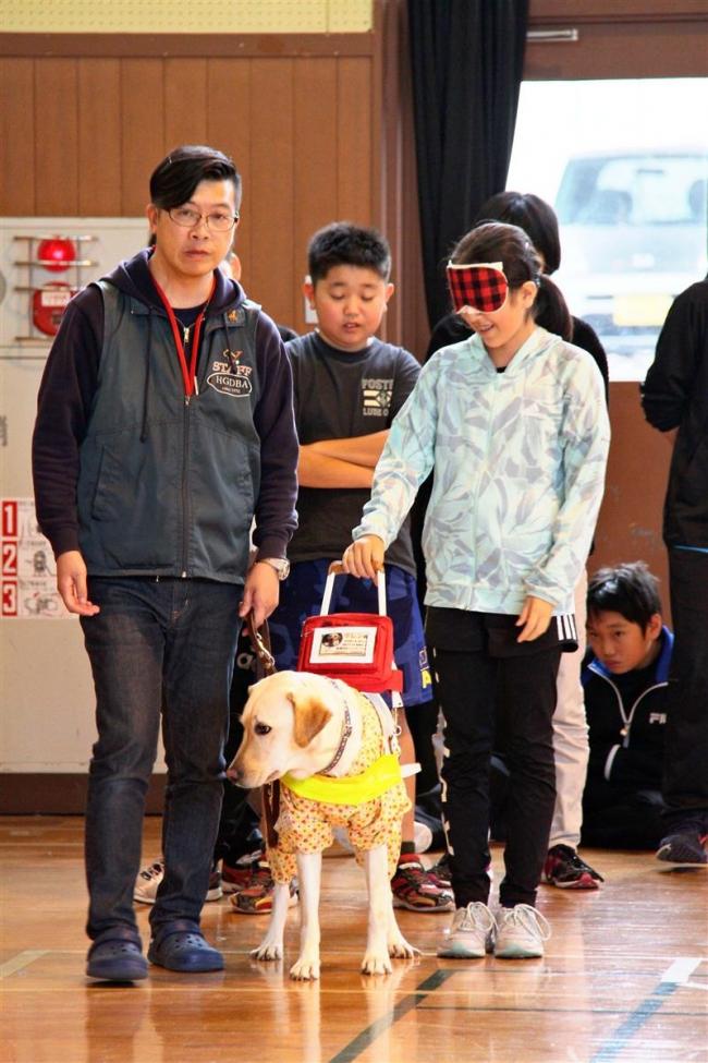 御影小児童が盲導犬と触れ合い 清水