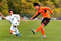 【準々決勝・帯北-とわの森三愛】試合終了間際、帯北のMF高橋温希(右、オレンジ色のユニホーム)が、左サイドからクロスボールを上げる