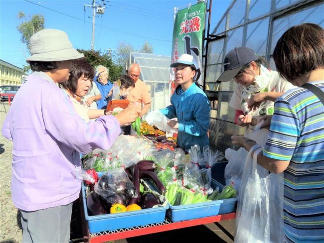 新鮮野菜求め行列 更別農業高で更農市