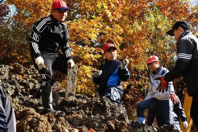 お宝あるかな? 忠類小児童が化石発掘体験