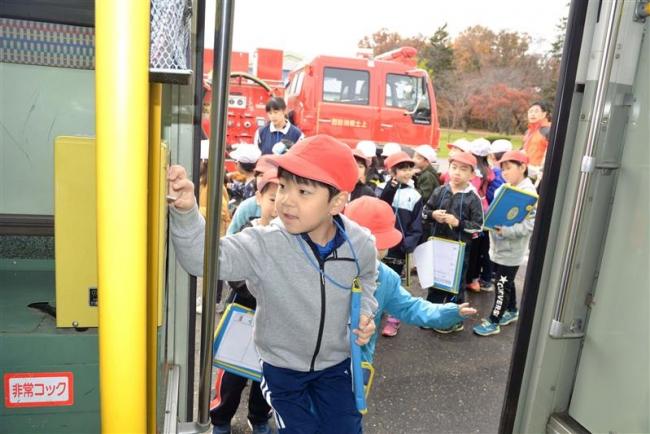 働く車に歓声 上士幌小児童