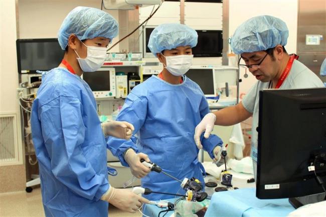 こぼれ話「中学生が外科手術を模擬体験 ブラックジャックセミナー」