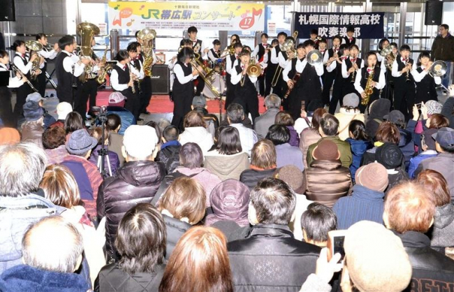 吹奏楽 迫力のパフォーマンス 帯広駅コンサートにぎわう
