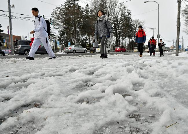 雪のち雨 でこぼこ路面の朝