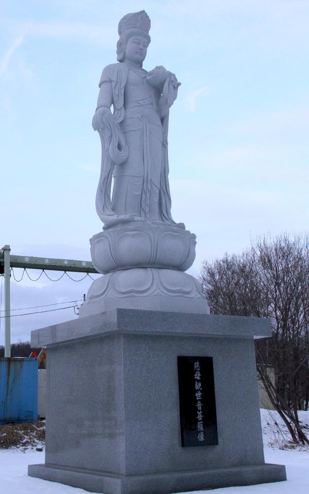 妻のために石像建立 元獣医小関さん 新得