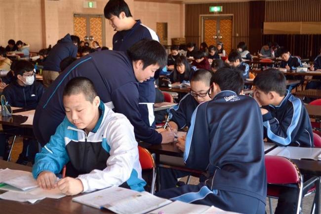 児童、生徒ら集まって一緒に勉強 浦幌