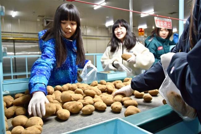 小学生がコロッケ工場見学 足寄