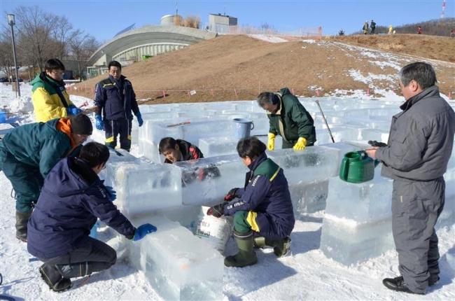 雪不足 滑り台に代わって「氷の迷路」お目見え 十勝エコロジーパーク