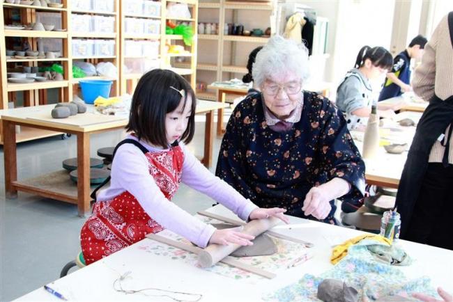 小学生が高齢者と一緒に陶芸や料理体験 大樹