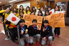ユース五輪金メダルの日本女子アイスホッケー 十勝3選手帰勝、空港で祝福