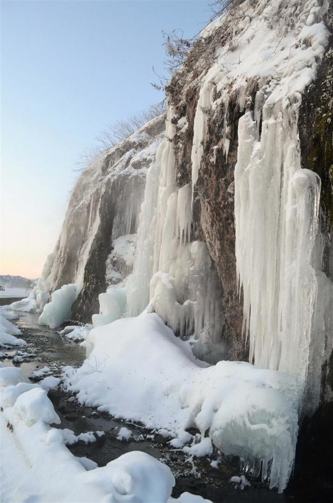 フンベの滝で結氷進む 広尾