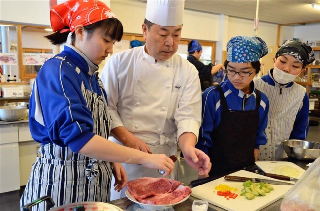 工藤シェフ招き調理実習 地場産食材のメニューに挑戦 上士幌中生徒