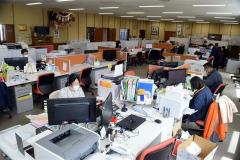 営業や事務職はテレワークを一部社員が行っており、いつもよりも空席が目立つ(24日午前)