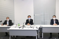 会議後、記者団の取材に応じる組織委の森泰夫大会運営局次長(中央)
