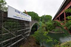 右の赤い橋が国道273号の泉翠橋(塩原真撮影)