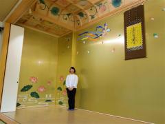 礼拝所の天井画に続き壁画の一部を担当した大澤さん
