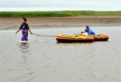 シジミ漁をする漁業者(15日午前5時半ごろ、大樹町生花苗沼で。金野和彦撮影)