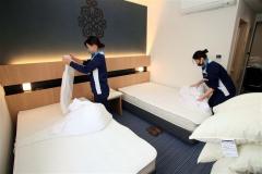 ベッドメークに挑戦する生徒たち(ホテルレウスアショロ)