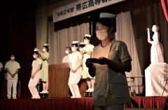 戴帽式に臨み、医療従事者としての決意を新たにする帯広高等看護学院の学生たち(9日、金野和彦撮影)