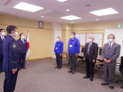 木村署長(左端)より表彰を受ける(右から)宮本さん、中橋さん、松田さん、蜂谷さん(21日午前11時ごろ)