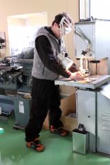 カスタム部品の製造に当たる高田さん