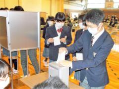 本物の投票箱や記載台を用いて行われた生徒会役員選挙