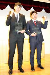 表彰された河村説人投手(左)と中日育成1位の札幌学院大・近藤廉選手