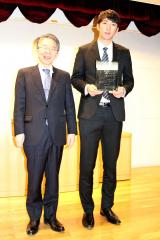 表彰された河村説人投手と札幌学生野球連盟会長の安酸敏眞(やすかた・としまさ)北海学園大学長