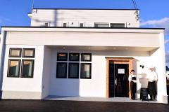「お菓子の小松」の新店舗を紹介する小松夫妻