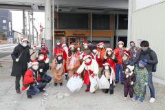 サンタやトナカイの衣装を着て清掃活動を行った参加者ら