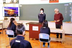 生徒と対話する浦島さん(右)