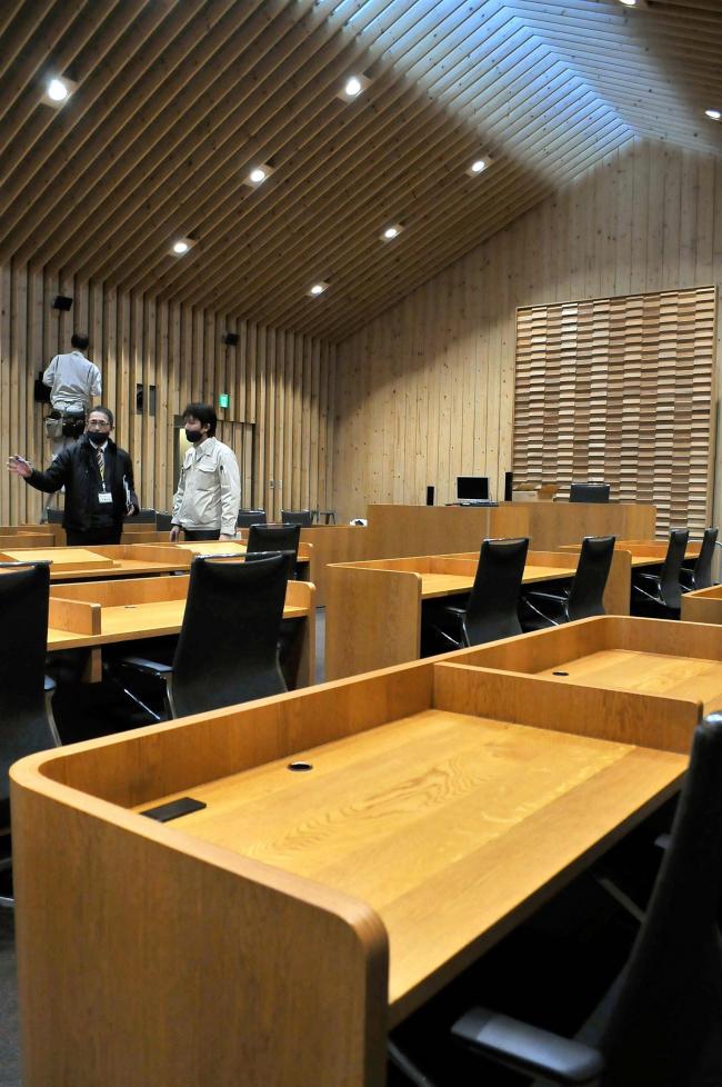 町のカシワで新議場の机を製作 芽室