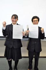 国公立大の合格通知書を手にする(左から)畠野さん、青山さん