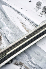 厳しい寒さが続き、薄い氷に覆われた札内川